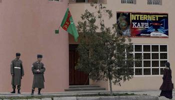 جنود تركمان يحرسون مقهى للإنترنت في مدينة عشق آباد. رويترز