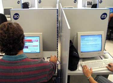 Los costos son altos y las conexiones son lentas en los cibercafés del gobierno. Además, acceso a ciertos sitios Web está bloqueado. (Reuters/Claudia Daut)
