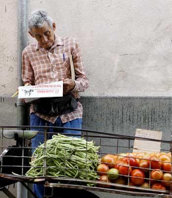Los blogs periodísticos examinan temas como la escasez de comida, los problemas en la salud, la educación y la vivienda. Arriba, un mercado público en La Habana. (AP/Javier Goleano)