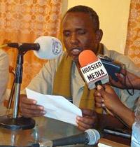 Deputy Information Minister Abdishakur Adan explains the VOA ban in Bossasso. (Horseed)