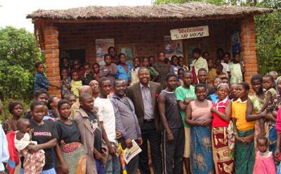 Villagers gather at Kondesi's radio station. (Zodiak Broadcasting)