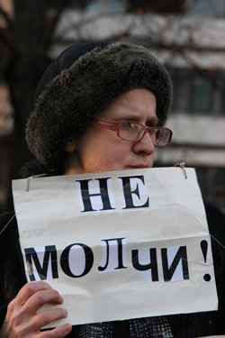 """At a Moscow rally on journalist killings, a woman holds a sign that says """"Speak Up!"""" (CPJ)"""