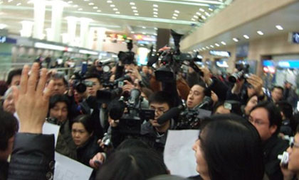 A scrum of reporters met Feng at the Shanghai airport. (Isaac Mao)
