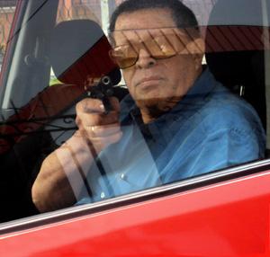 Judge Raúl Rosales Mora and his gun. (Caretas)