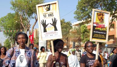 Une décennie après sa mort, l'assassinat de Norbert Zongo suscite toujours l'indignation du public, telle que cette manifestation de 2008 à Ouagadougou. (AFP)