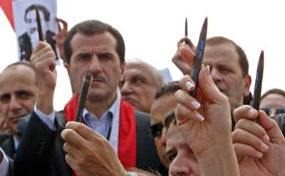 جبران تويني (الوسط) في يونيو/حزيران 2005 خلال أحياء ذكرى سمير قصير. وتم أغتيال تويني بعد ذلك ببضعة أشهر. رويترز/جمال سعيدي
