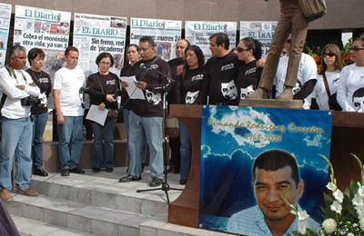 A service for the slain reporter Armando Rodríguez. (El Diario)