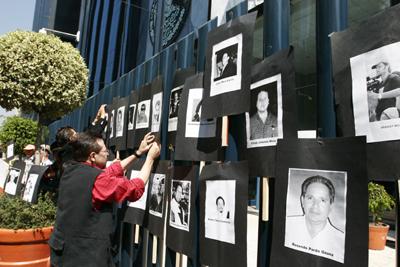 Protesta frente a la Procuraduría General de la República por la violencia contra periodistas en México. (AP/Marco Ugarte)