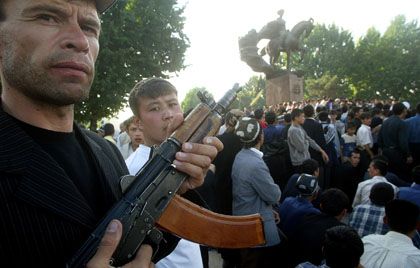 Protesters in a square in downtown Andijan, Uzbekistan, on May 13, 2005. (AP/Efrem Lukatsky)