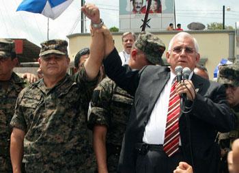 El ejército depuso a Zelaya e instaló un gobierno de facto dirigido por Roberto Micheletti (derecha). (AP)
