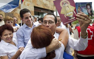 Juan Carlos Herrera Acosta, periodista cubano liberado, recibe un abrazo de bienvenida en su arribo a un hotel de Madrid hoy. (AP/Daniel Ochoa de Olza)