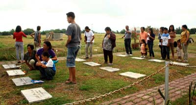 Families at the graves of Maguindanao victims. (Aquiles Zonio)