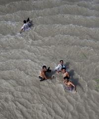 Flood victims await rescue in Pakistan's Punjab province today. (Reuters/Adrees Latif)