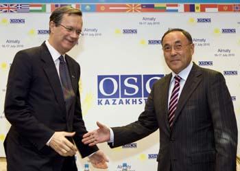 Министр иностранных дел Казахстана Саудабаев (справа) и генеральный секретарь ОБСЕ Марк Перрэн де Бришамбо не включили в повестку дня саммита вопросов, относящихся к правам человека (Reuters/Шамиль Жуматов)
