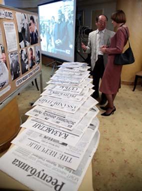 Стенд, демонстрирующий многочисленные выпуски Республики. (Республика)