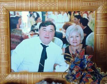 A framed family photo of Ramazan and Raushan Yesergepov. (CPJ/Nina Ognianova)