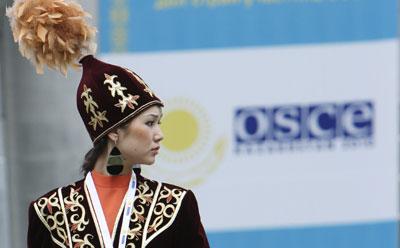 Исполнитель в традиционных казахских одеждах на недавнем совещании министров ОБСЕ (Reuters/Павел Михеев)