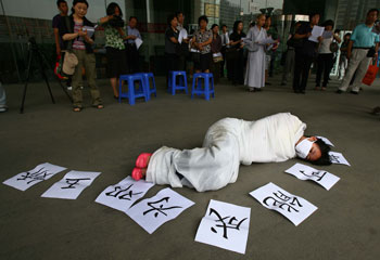 A protester shows support for Deng Yujiao. (AFP)