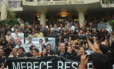 Jornalistas panamenhos organizam manifestação em frente à Suprema Corte pela retirada da difamação da esfera penal. (laestrella.com.pa)