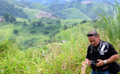 Reporter Aquiles Zonio at the site of the Maguindanao massacre. (CPJ/María Salazar-Ferro)