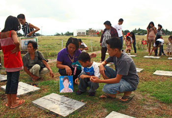 Families visit the graves of their loved ones in General Santos City. (CPJ/María Salazar-Ferro)