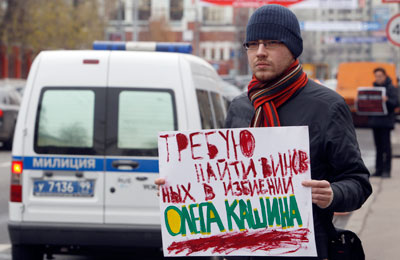 A man holds up a placard pressing for a thorough investigation into the beating of Oleg Kashin. (Reuters/Sergei Karpukhin)