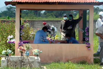Honduran authorities exhume a reporter's body for an autopsy, three months after the slaying. (CPJ/Rubén Escobar)