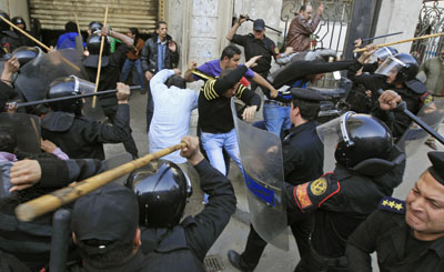 Riot police clash with protesters in Cairo today. (Reuters/Goran Tomasevic)