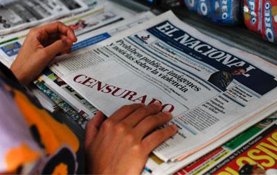 El periódico venezolano El Nacional deja espacios en blanco en lugar de una imagen prohibida por el gobierno. (Reuters/Jorge Silva)