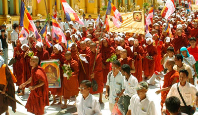 هذه الصورة التقتها صحفي للصوت الديمقراطي في بورما، وكالة انباء الكترونية في المنفى: الرهبان البوذيين يقودون احتجاجات ضد الطغمة العسكرية البورمية (DVB-AP)