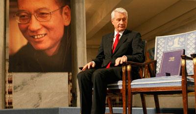 Пустое кресло Лю Саобо на церемонии вручения Нобелевской премии мира, и отсутствие поддержки со стороны международных институтов. (Рейтер)