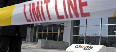 Uma linha de segurança diante da sede do Google em Pequim. (AP/Andy Wong)