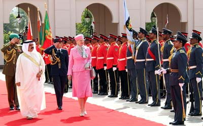 The Danish queen pays a visit to her Bahraini counterpart. (AFP/BNA)