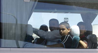 Les détenuscubainsnouvellementlibéréset leurs familles dansun busaprès leur arrivéeà Madrid.Les détenus ont du payer leur liberté par l'exil. (AP/Victor R. Caivano)