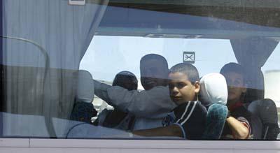Tras ser liberados, disidentes cubanos junto a sus familias en un ómnibus luego de su arribo a Madrid. El exilio fue el precio que pagaron por su libertad. (AP/Victor Caivano)