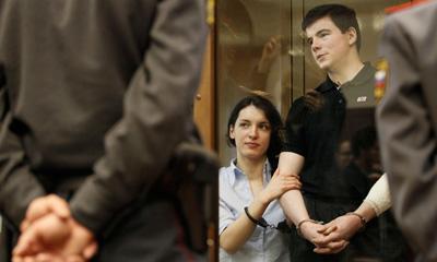 Обвиняемый в громком двойном убийстве киллер Никита Тихонов (на фото справа) осужден на пожизненный срок, а его сообщница Евгения Хасис приговорена к 18 годам тюрьмы. (AP/Ivan Sekretarev)