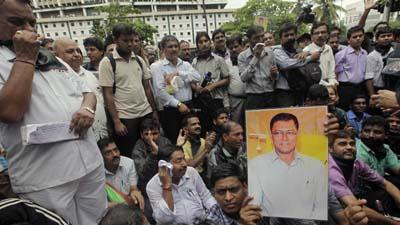 Mumbai journalists pay tribute to J Dey. (AP/Rajanish Kakade)