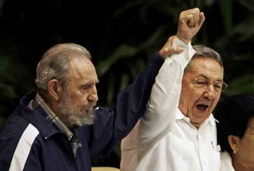 El Presidente Castro con su hermano Fidel durante el Congreso del Partido Comunista en abril. Agentes de la Seguridad del Estado impidieron que los periodistas independientes cubrieran las actividades del congreso partidario. (AP/Javier Galeano)