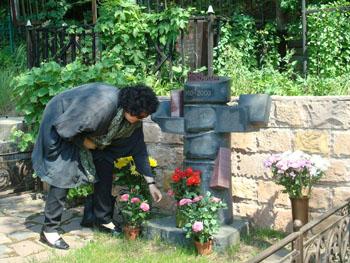 The journalist's wife, Nadezhda, at his grave. (CPJ/Nina Ognianova)