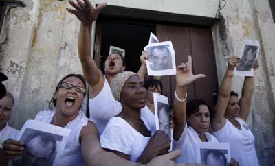 En Cuba, las Damas de Blanco jugaron un rol decisivo para atraer la atención sobre la situación de los presos políticos. En esta imagen, sostienen una foto de Orlando Zapata Tamayo, quien murió mientras estaba detenido. (AP/Javier Galeano)