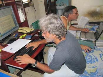 Febles, atrás, y su colega Luis Cino trabajan en la redacción provisoria de Primavera Digital. (Gentilza Febles)