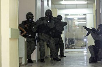Tropas patrullan los pasillos del hospital donde Correa estuvo retenido. (AP)
