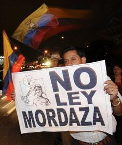 Un manifestante protesta contra el proyecto de ley de comunicaciones. (AP)