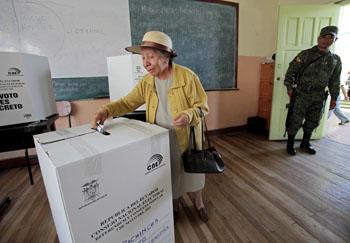 En mayo, los votantes aprobaron un referendo popular propuesto por el gobierno con preguntas que restringen la libertad de prensa. (Dolores Ochoa/AP)