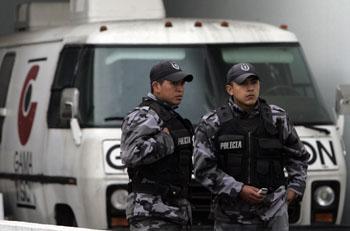 La policía custodia Gama TV luego de la incautación del gobierno. (Dolores Ochoa/AP)