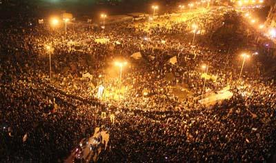 Требуя демократических перемен, протестующие собрались на площади Тахрир в столице Египта. (AFP)