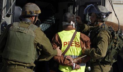 Les journalistes faisant des reportages surles manifestations et lestroubles civilssont exposés à un risque croissantde détention.Ici,des soldats israéliensarrêtent unjournaliste palestinien. (Reuters)
