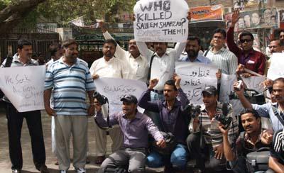 Journalists protest the murder of Pakistani journalist Saleem Shahzad. (AP)