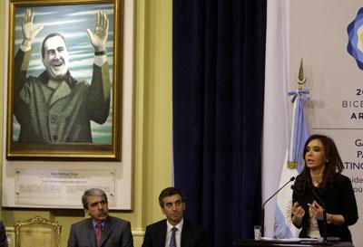 La Presidenta Kirchner se dirige a la nación en agosto del 2010 cerca de un retrato del ex presidente Juan Domingo Perón. (AP/Eduardo Di Baia)