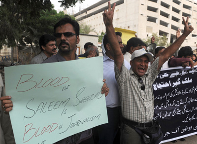 Pakistani journalists protest the killing of journalist Saleem Shahzad. (AFP/Rizwan Tabassum)